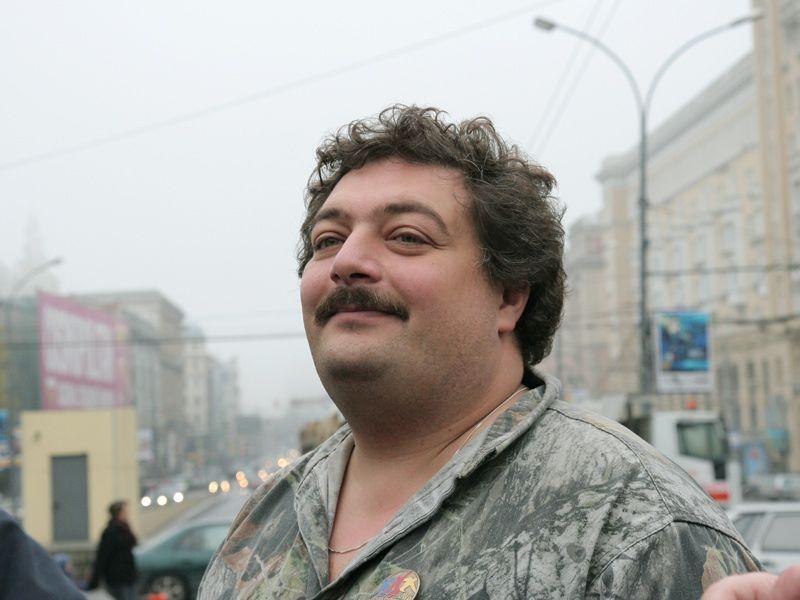 gospodin-ishu-raba-v-habarovske-devushku-dryuchit-tolpa-muzhikov